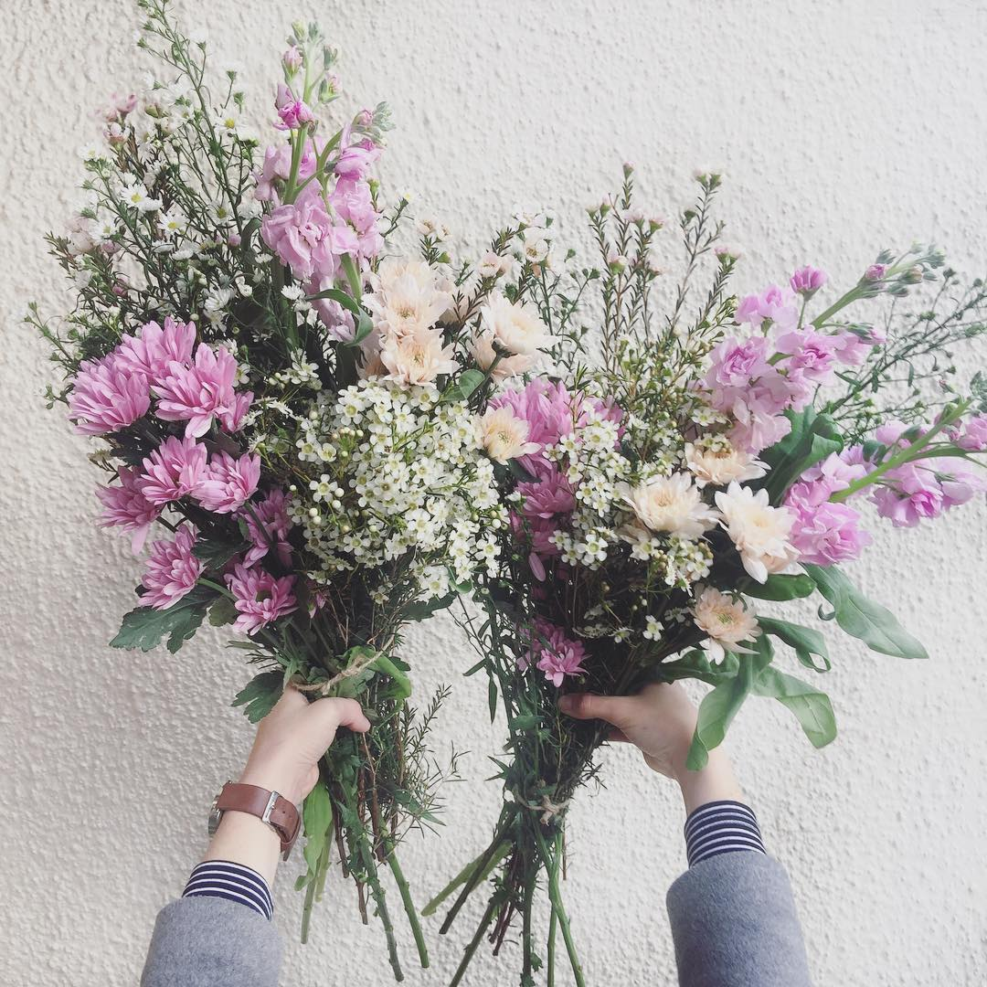 This one's our favourite ?Today's Posy is fragrant lilac stocks, with fresh wax, blush and lilac prays, and daisies. Order 12:30pm (or sold out) for delivery this afternoon ?
