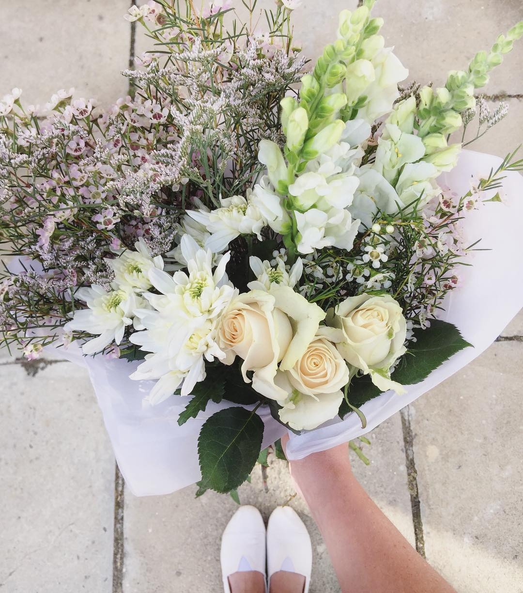 Today's fresh white Posy includes beautiful vandella roses, with white snapdragons, white wax, limo and sprays. Order before 12:30pm for delivery today 📩