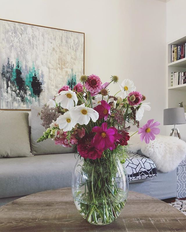Home for the afternoon and treating myself to some Double Posy love (all blooms sourced from the lovely @adeneflowers). The last few months have been a blur. A crazy, wonderful blur. My time at the @mtnza Solution Space at UCT Graduate School of Business has been one of the most rewarding (and at times challenging) experiences. The 5 inspiring businesses who went through the Programme with Petal&Post became family in a short time. I felt each of their victories and setbacks as my own. So proud of each of them. Our mentors provided endless support and valuable networking contacts (we were introduced to 100 industry experts in 90 days!) and I'm leaving with a different and enlarged perspective on entrepreneurship. Feeling enriched, humbled and inspired. Can't wait to grow P&P and my team in 2019 🌸 . . . . #Petalandpost#capetown#capetownflorist#lovezabuyza#localzadesign#lovelocalza#hellopretty#capetownmag#cylcollective #capetownlikes#supportlocal#posylove#wedding#local#botanical#theprettyblog#gardenday#capetowninfo#handmadeincapetown#madeinsouthafrica#lokalza#durbanville#proudlysouthafrican