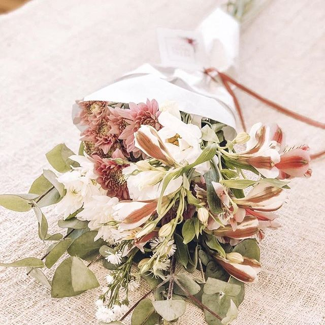 Anddd it's almost Monday again! It's feels like we are flying through the year! Brighten your Monday morning with a pretty Posy.  Image by @danielacanny #Petalandpost#capetown#capetownflorist#lovezabuyza#localzadesign#lovelocalza#hellopretty#capetownmag#cylcollective #capetownlikes#supportlocal#posylove#wedding#local#botanical#theprettyblog#gardenday#capetowninfo#handmadeincapetown#madeinsouthafrica#lokalza#durbanville#proudlysouthafrican
