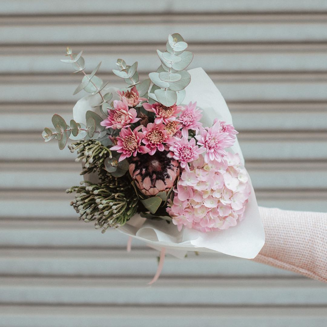 Good morning! It feels like Monday, doesn't it? Well, its Tuesday 🙆🏻‍♀️ and this is Tuesday's Posy: Pale pink hydrangeas with protea nerifloria, silver brunia and pink champagne chrysanthemums. Isn't she a beauty! Make your Tuesday morning desk a happier place 😌 . . #Petalandpost#capetown#capetownflorist#lovezabuyza#localzadesign#lovelocalza#hellopretty#capetownmag#cylcollective #capetownlikes#supportlocal#posylove#wedding#local#botanical#theprettyblog#gardenday#capetowninfo#handmadeincapetown#madeinsouthafrica#lokalza#durbanville#proudlysouthafrican